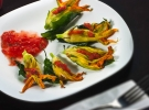 Flor de calabaza rellena de queso en salsa roja